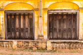 Wooden door to the house, colonial old building style at Tharae, — Stock Photo