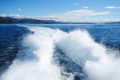 Mavi deniz hovercraft iz köpük ile — Stok fotoğraf