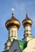 Zlatou kupolí proti modré obloze — Stock fotografie