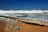 Ocean waves running on smooth rocks at the time of ebb. — Stock Photo
