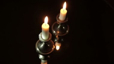 Burning candles in the dark in front of the mirror — Stock Video