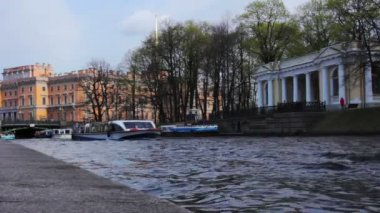 Tourist boat in the rivers of St. Petersburg. Russia. — Stock Video