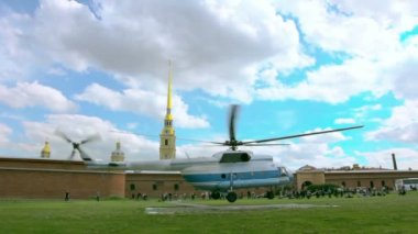 Helicopter flies near the Peter and Paul Fortress. St. Petersburg. Russia — Stockvideo