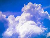 Nuvens e céu azul. — Foto Stock