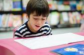 図書館の本を読んで小さな男の子 — ストック写真