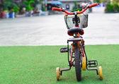 Bicicleta na grama verde — Foto Stock