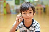 Küçük çocuk deniz kabuğu ses dinleme — Stok fotoğraf