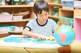 Küçük çocuk harita bulmaca ile oynama — Stok fotoğraf