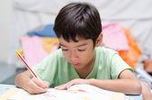 Mały chłopiec pisania prac domowych — Zdjęcie stockowe