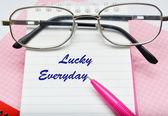 Rosa penna anteckningsboken och glasögon — Stockfoto