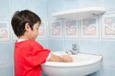 小男孩水洗手 — 图库照片
