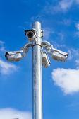 青い空を背景にセキュリティ カメラ — ストック写真