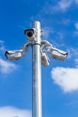 Säkerhet kameran på blå himmel bakgrund — Stockfoto