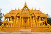 Golden thai buddhist temple — 图库照片