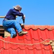 Worker repairing roof — Stock Photo