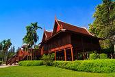 Thaise house en blauwe hemel in achtergrond — Stockfoto