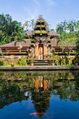 Pura Tirta Empul and reflection in water — 图库照片