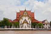 Thai temple on riverside of Chao Phaya River — Stock Photo