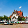 Long-tailed boat and temple at Chao Phraya riverside — Stock Photo