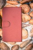Smartphone fall läderklädsel på grus textur våningen i vintage bildstil — Stockfoto