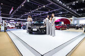 Unidentified models post with LEXUS ES300s car on display at The 35th Bangkok International Motor Show — Stock Photo