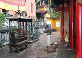 женщина и ребенок, молиться в буддийский храм — Стоковое фото