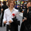Male hosts look for potential clients in Kabukicho district, Tok — Foto de Stock