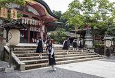 High school girls wearing school uniforms at Fushimi Inari shrin — Foto Stock