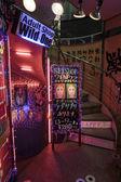 Entrada a un espectáculo de striptease, kabukicho, tokio, japón. — Foto de Stock