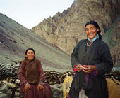 Ladakhi shepherdesses dressed in traditional garments pose to a — Stock Photo