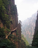 Hazardous pathway over the precipice in Huang Shan, china — Stock Photo