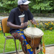 Foto Stock: : Black musicifrom Africdemostrates how to play drums