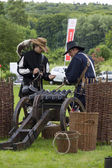 History fans dressed as 17th century mercenary soldiers load his — Foto de Stock