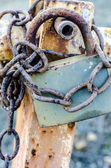 Old rusty padlock holding chain — Foto de Stock