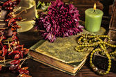 Oud boek, bloem, kaars en open sieraden doos met groene ketting stilleven, renaissance concept met donkere grunge licht — Stockfoto