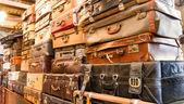 古いビンテージ バッグ スーツケースの山 — ストック写真