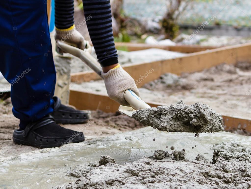 Gypsum Concrete Mix : Trabajador de la construcción mezclando cemento — foto
