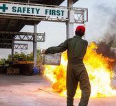 Hasič vlaky hašení ohně — Stock fotografie