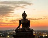 Socha buddhy v západu slunce v phrabuddhachay chrámu saraburi, thajsko. — Stock fotografie