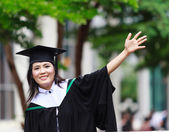 Chicas asiáticas de graduación con felicitación — Foto de Stock