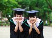 Las mujeres jóvenes felices estudiantes con gesto de éxito de postgrado — Foto de Stock