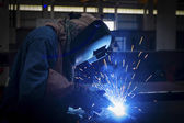 Worker with protective mask welding metal — ストック写真