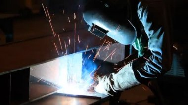 Worker with protective mask welding metal and sparks — Stock Video