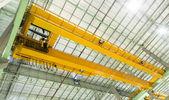 Tovární mostový jeřáb — Stock fotografie