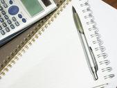Stift und taschenrechner mit leeren notizblock — Stockfoto
