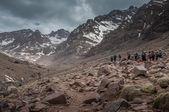 Trekkers approaching the refuge du Toubkal — Stock Photo