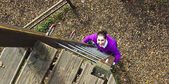 Woman climbing in adventure park — Foto de Stock