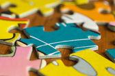 заделывают разбросанные кусочки головоломки — Стоковое фото