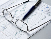 Pen, business chart and glasses — Stock Photo