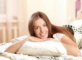 Güzel bir kadın yatakta yatan portresi — Stok fotoğraf